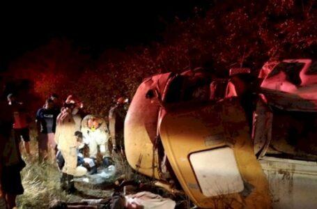 Homem morre após perder controle e caminhão-pipa capotar na PB