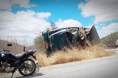 Caminhão carregado com açúcar tomba entre Manaíra e Santana de Mangueira