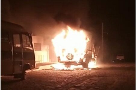 Ônibus escolar de Santa Terezinha pega fogo na madrugada desta terça-feira