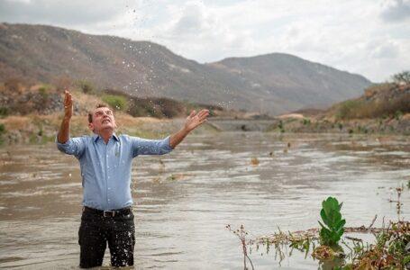 Tomado de emoção, Chico Mendes se banha nas águas da transposição e diz que sentimento é de gratidão a Deus